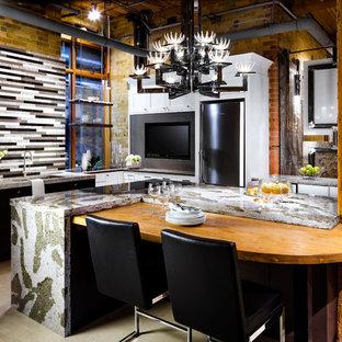 トロントのインダストリアルスタイルのおしゃれなキッチン (アンダーカウンターシンク、シェーカースタイル扉のキャビネット、白いキャビネット、マルチカラーのキッチンパネル、ボーダータイルのキッチンパネル、ベージュの床) の写真