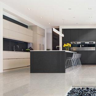 オーランドの広いトランジショナルスタイルのおしゃれなキッチン (フラットパネル扉のキャビネット、黒いキャビネット、人工大理石カウンター、シルバーの調理設備、大理石の床) の写真