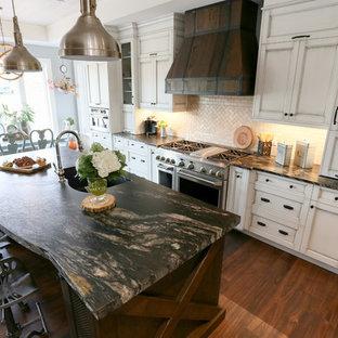 Inspiration för ett stort rustikt svart svart kök, med en undermonterad diskho, luckor med infälld panel, vita skåp, beige stänkskydd, stänkskydd i glaskakel, rostfria vitvaror, mörkt trägolv, en köksö, brunt golv och bänkskiva i onyx