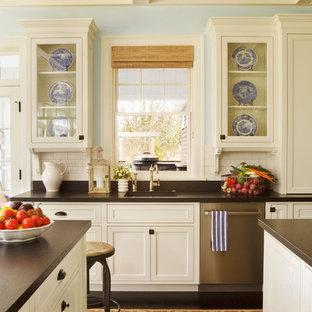 Idéer för mycket stora vintage kök och matrum, med luckor med glaspanel, rostfria vitvaror, granitbänkskiva, en enkel diskho, vita skåp, vitt stänkskydd, stänkskydd i keramik, mörkt trägolv och flera köksöar