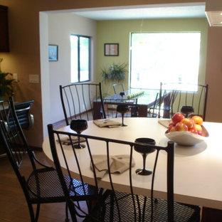Inredning av ett klassiskt mycket stort kök, med en nedsänkt diskho, släta luckor, bruna skåp, laminatbänkskiva, vitt stänkskydd, vita vitvaror, tegelgolv, en köksö och brunt golv