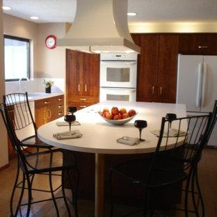 Exempel på ett mycket stort klassiskt kök, med en nedsänkt diskho, släta luckor, bruna skåp, laminatbänkskiva, vitt stänkskydd, vita vitvaror, tegelgolv, en köksö och brunt golv