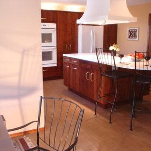 Inspiration för mycket stora klassiska kök, med en nedsänkt diskho, släta luckor, bruna skåp, laminatbänkskiva, vitt stänkskydd, vita vitvaror, tegelgolv, en köksö och brunt golv