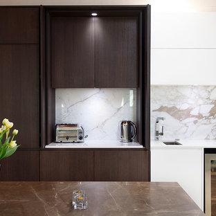 Exempel på ett stort modernt linjärt kök med öppen planlösning, med en enkel diskho, släta luckor, skåp i mörkt trä, marmorbänkskiva, flerfärgad stänkskydd, rostfria vitvaror, travertin golv, flera köksöar och stänkskydd i sten