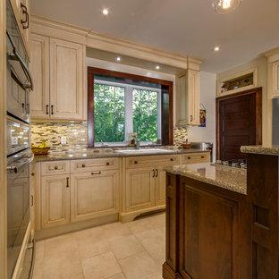 トロントの中サイズのヴィクトリアン調のおしゃれなキッチン (落し込みパネル扉のキャビネット、ヴィンテージ仕上げキャビネット、御影石カウンター、マルチカラーのキッチンパネル、ボーダータイルのキッチンパネル、シルバーの調理設備の、セラミックタイルの床、ドロップインシンク) の写真