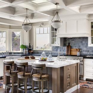 オレンジカウンティのトランジショナルスタイルのおしゃれなキッチン (エプロンフロントシンク、シェーカースタイル扉のキャビネット、白いキャビネット、青いキッチンパネル、シルバーの調理設備の、濃色無垢フローリング、茶色い床、白いキッチンカウンター) の写真