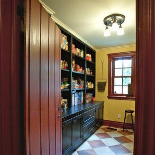 オタワの小さいカントリー風おしゃれなパントリー (濃色木目調キャビネット、セラミックタイルの床、インセット扉のキャビネット、黄色いキッチンパネル) の写真