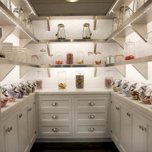 Klassische Küche mit Rückwand aus Metrofliesen und Vorratsschrank in New York