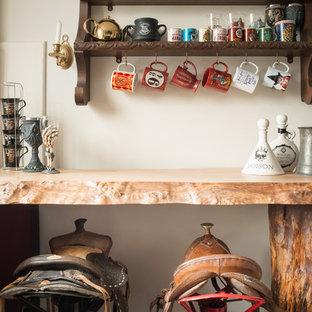 Cette image montre une cuisine bohème avec un plan de travail en bois.