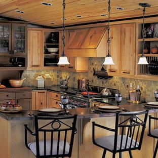 Diseño de cocina comedor en U, de estilo americano, de tamaño medio, con armarios estilo shaker, puertas de armario de madera clara, encimera de zinc, salpicadero multicolor, salpicadero con mosaicos de azulejos, electrodomésticos de acero inoxidable, suelo de madera clara y una isla