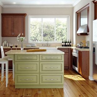 На фото: угловая кухня среднего размера в классическом стиле с обеденным столом, раковиной в стиле кантри, фасадами в стиле шейкер, темными деревянными фасадами, техникой из нержавеющей стали, полом из бамбука и островом