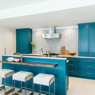 Exempel på ett klassiskt vit vitt parallellkök, med luckor med infälld panel, blå skåp, en köksö och beiget golv
