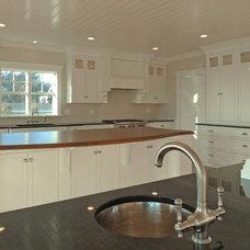 Beach Style Kitchen by Cape & Island Kitchens