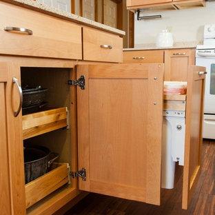 Bild på ett litet vintage kök, med en undermonterad diskho, skåp i shakerstil, skåp i ljust trä, bänkskiva i återvunnet glas, beige stänkskydd, stänkskydd i keramik, vita vitvaror, bambugolv och en köksö