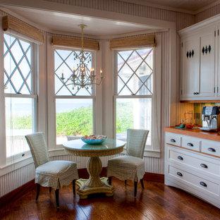 Immagine di una cucina tropicale di medie dimensioni con top in legno, lavello stile country, ante in stile shaker, ante bianche, paraspruzzi verde, paraspruzzi con piastrelle di vetro, parquet scuro, nessuna isola e pavimento marrone