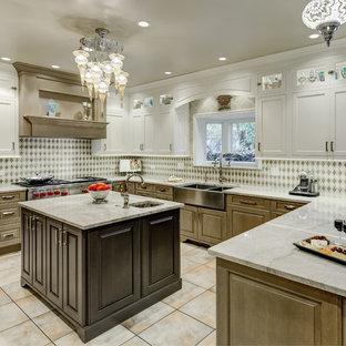 シカゴの広いエクレクティックスタイルのおしゃれなキッチン (エプロンフロントシンク、インセット扉のキャビネット、茶色いキャビネット、珪岩カウンター、マルチカラーのキッチンパネル、シルバーの調理設備、マルチカラーの床、マルチカラーのキッチンカウンター) の写真
