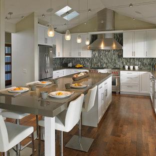 Bild på ett stort vintage kök, med en undermonterad diskho, skåp i shakerstil, vita skåp, bänkskiva i kvarts, flerfärgad stänkskydd, stänkskydd i mosaik, rostfria vitvaror, mörkt trägolv, en köksö och brunt golv
