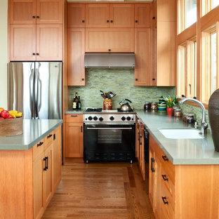 サンフランシスコの中サイズのトランジショナルスタイルのおしゃれなキッチン (シェーカースタイル扉のキャビネット、中間色木目調キャビネット、緑のキッチンパネル、ボーダータイルのキッチンパネル、シルバーの調理設備の、アンダーカウンターシンク、クオーツストーンカウンター、無垢フローリング) の写真