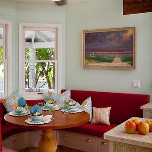 Mittelgroße Tropische Wohnküche in U-Form mit Unterbauwaschbecken, Schrankfronten mit vertiefter Füllung, weißen Schränken, Arbeitsplatte aus Recyclingglas, Küchenrückwand in Grün, Küchengeräten aus Edelstahl, Kalkstein und Kücheninsel in San Diego