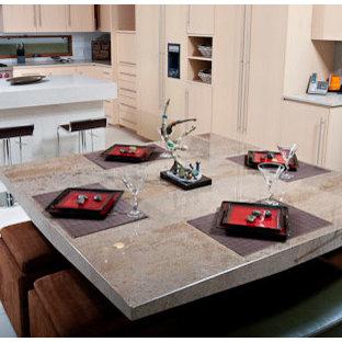 Offene, Mittelgroße Moderne Küche in U-Form mit Unterbauwaschbecken, flächenbündigen Schrankfronten, hellen Holzschränken, Arbeitsplatte aus Recyclingglas, Küchenrückwand in Weiß, Glasrückwand, Küchengeräten aus Edelstahl, Kalkstein und Kücheninsel in San Diego