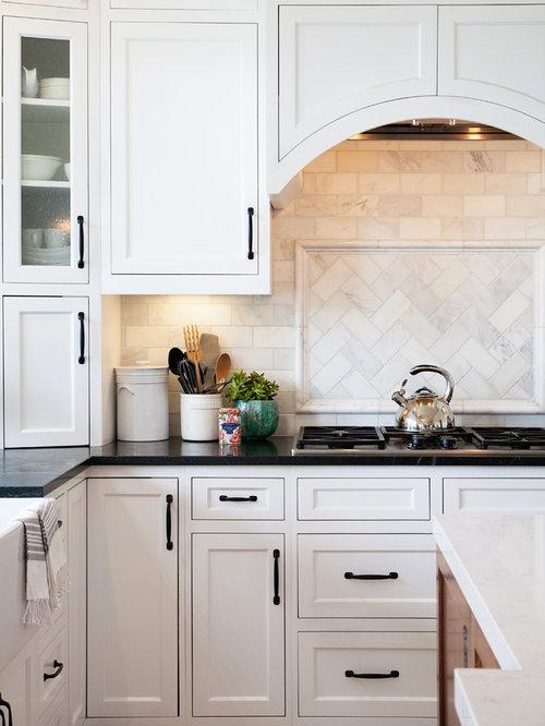 cuisine avec un placard avec porte panneau encastr et un sol en travertin photos et id es. Black Bedroom Furniture Sets. Home Design Ideas