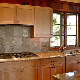 Mittelgroße, Zweizeilige Urige Wohnküche mit Schrankfronten im Shaker-Stil, hellbraunen Holzschränken, Granit-Arbeitsplatte, Rückwand aus Schiefer, Kücheninsel, Unterbauwaschbecken, Küchengeräten aus Edelstahl, braunem Boden, bunter Rückwand und braunem Holzboden in San Francisco