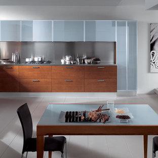 Ispirazione per una grande cucina minimalista con lavello a vasca singola, ante con bugna sagomata, ante marroni, top in acciaio inossidabile, elettrodomestici in acciaio inossidabile e pavimento in legno verniciato