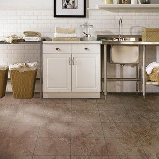 オレンジカウンティの中サイズのトランジショナルスタイルのおしゃれなキッチン (レイズドパネル扉のキャビネット、白いキャビネット、ステンレスカウンター、白いキッチンパネル、サブウェイタイルのキッチンパネル、セラミックタイルの床、赤い床) の写真