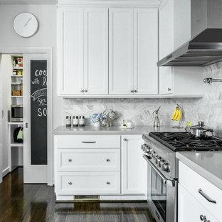 ロサンゼルスのトランジショナルスタイルのおしゃれなL型キッチン (落し込みパネル扉のキャビネット、白いキャビネット、グレーのキッチンパネル、シルバーの調理設備、濃色無垢フローリング、アイランドなし、大理石のキッチンパネル) の写真