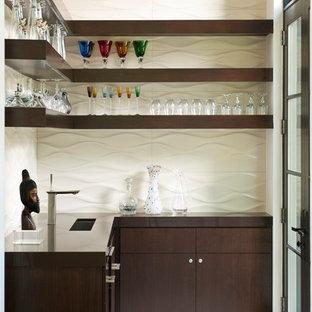 Modern inredning av ett kök, med en undermonterad diskho, öppna hyllor, skåp i mörkt trä och vitt stänkskydd