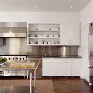 Moderne Küche in L-Form mit Küchengeräten aus Edelstahl, Edelstahl-Arbeitsplatte, offenen Schränken, weißen Schränken, Küchenrückwand in Metallic und Rückwand aus Metallfliesen in San Francisco