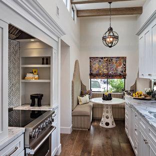 フェニックスの小さいエクレクティックスタイルのおしゃれなキッチン (アンダーカウンターシンク、レイズドパネル扉のキャビネット、白いキャビネット、大理石カウンター、白いキッチンパネル、大理石の床、シルバーの調理設備の、無垢フローリング、アイランドなし、茶色い床、白いキッチンカウンター) の写真