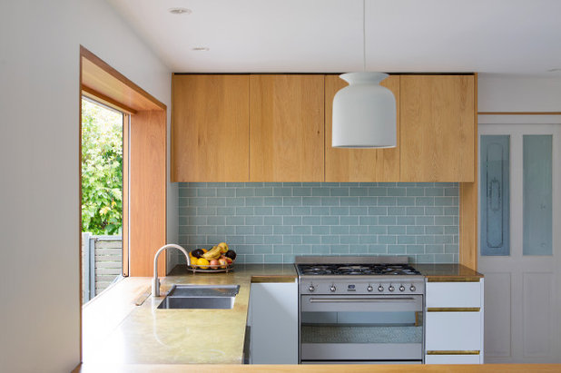 Beach Style Kitchen by buck&simple architects
