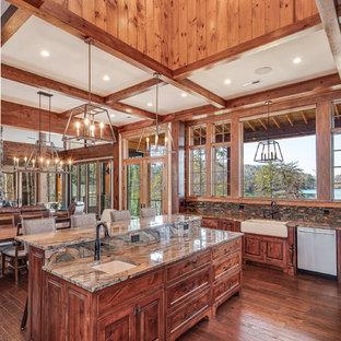 中サイズのラスティックスタイルのおしゃれなキッチン (アンダーカウンターシンク、シェーカースタイル扉のキャビネット、中間色木目調キャビネット、マルチカラーのキッチンパネル、ボーダータイルのキッチンパネル、シルバーの調理設備の、無垢フローリング、茶色い床、ベージュのキッチンカウンター) の写真