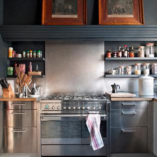 Inspiration för ett avskilt, mellanstort vintage l-kök, med stänkskydd med metallisk yta, rostfria vitvaror, öppna hyllor, grå skåp, träbänkskiva, stänkskydd i metallkakel och klinkergolv i keramik