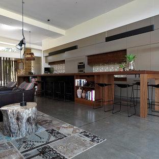 Modelo de cocina de galera, actual, con armarios con paneles lisos, puertas de armario grises, salpicadero multicolor y salpicadero con mosaicos de azulejos
