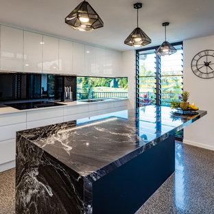 ケアンズ, QLD, AUのトロピカルスタイルのおしゃれなキッチンの写真