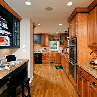 Klassische Küche mit Schrankfronten mit vertiefter Füllung, Granit-Arbeitsplatte, hellbraunen Holzschränken, Küchenrückwand in Beige, Rückwand aus Steinfliesen und Küchengeräten aus Edelstahl in Washington, D.C.