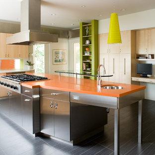 Imagen de cocina ecléctica con encimeras naranjas