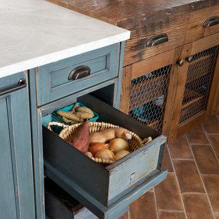 Inspiration för ett stort lantligt kök, med en rustik diskho, skåp i shakerstil, skåp i slitet trä, granitbänkskiva, vitt stänkskydd, stänkskydd i keramik, en köksö och klinkergolv i terrakotta