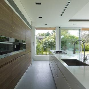 Zweizeilige, Mittelgroße Moderne Wohnküche mit Unterbauwaschbecken, flächenbündigen Schrankfronten, Quarzwerkstein-Arbeitsplatte, Küchengeräten aus Edelstahl, Schieferboden und Kücheninsel in Sydney