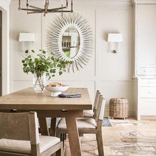 他の地域の広いエクレクティックスタイルのおしゃれなキッチン (落し込みパネル扉のキャビネット、グレーのキャビネット、珪岩カウンター、白いキッチンパネル、石スラブのキッチンパネル、パネルと同色の調理設備、トラバーチンの床、マルチカラーの床、白いキッチンカウンター、シングルシンク) の写真