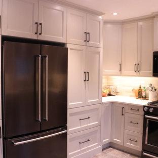 Kleine Klassische Wohnküche in U-Form mit Unterbauwaschbecken, Schrankfronten im Shaker-Stil, weißen Schränken, Quarzwerkstein-Arbeitsplatte, Küchenrückwand in Beige, Rückwand aus Keramikfliesen, Küchengeräten aus Edelstahl, Linoleum, Kücheninsel, beigem Boden und gelber Arbeitsplatte in Edmonton
