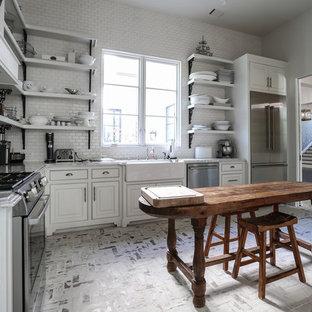 Idéer för ett mellanstort klassiskt kök, med en enkel diskho, vita skåp, marmorbänkskiva, vitt stänkskydd, stänkskydd i stenkakel, rostfria vitvaror, tegelgolv och släta luckor