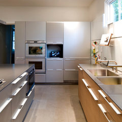 modern kitchen by Hamilton Snowber Architects