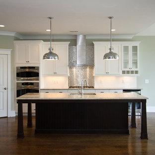 Idéer för att renovera ett mellanstort vintage linjärt kök med öppen planlösning, med rostfria vitvaror, en undermonterad diskho, skåp i shakerstil, vita skåp, bänkskiva i kvarts, stänkskydd med metallisk yta, stänkskydd i metallkakel, mellanmörkt trägolv, en köksö och brunt golv