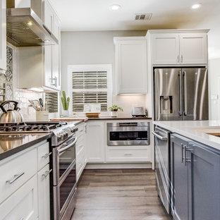 Пример оригинального дизайна: угловая кухня среднего размера в стиле кантри с обеденным столом, врезной раковиной, плоскими фасадами, серыми фасадами, столешницей из кварцевого агломерата, синим фартуком, фартуком из цементной плитки, техникой из нержавеющей стали, полом из керамогранита, островом, серым полом, белой столешницей и сводчатым потолком
