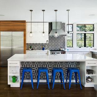 ニューヨークの大きいコンテンポラリースタイルのおしゃれなキッチン (アンダーカウンターシンク、フラットパネル扉のキャビネット、白いキャビネット、マルチカラーのキッチンパネル、シルバーの調理設備、濃色無垢フローリング、クオーツストーンカウンター、モザイクタイルのキッチンパネル) の写真
