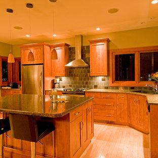 Große Rustikale Wohnküche in L-Form mit Unterbauwaschbecken, Schrankfronten mit vertiefter Füllung, hellbraunen Holzschränken, Granit-Arbeitsplatte, Küchenrückwand in Metallic, Rückwand aus Keramikfliesen, Küchengeräten aus Edelstahl, hellem Holzboden und Kücheninsel in Calgary