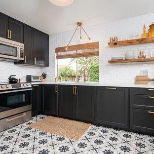 Inspiration för mellanstora moderna l-kök, med en undermonterad diskho, skåp i shakerstil, svarta skåp, bänkskiva i kvarts, vitt stänkskydd, stänkskydd i tunnelbanekakel, rostfria vitvaror, klinkergolv i porslin och vitt golv